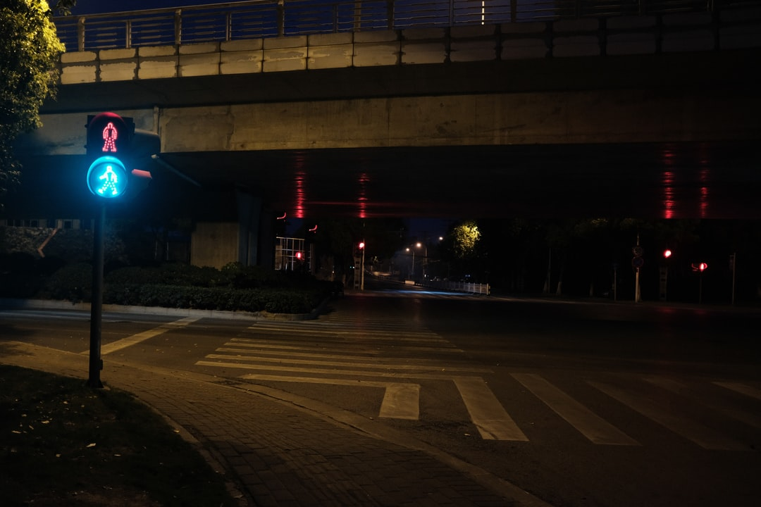 A traffic light is lit up at night